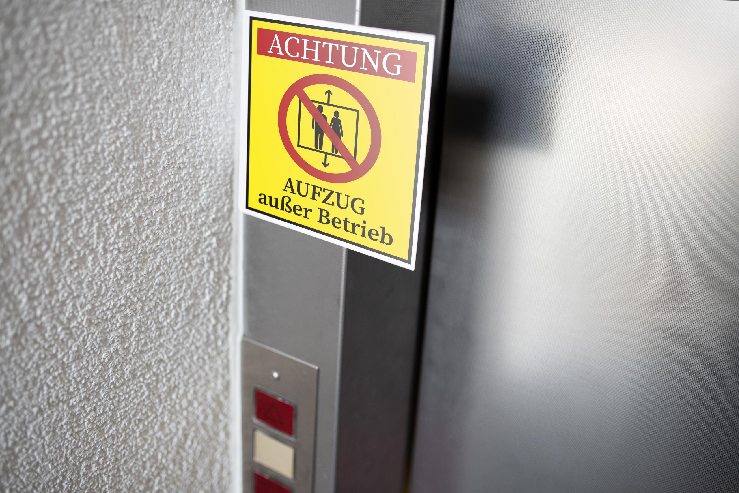 Bei einer nicht fachkundiger Personenbefreiung kann der Aufzug beschädigt werden.