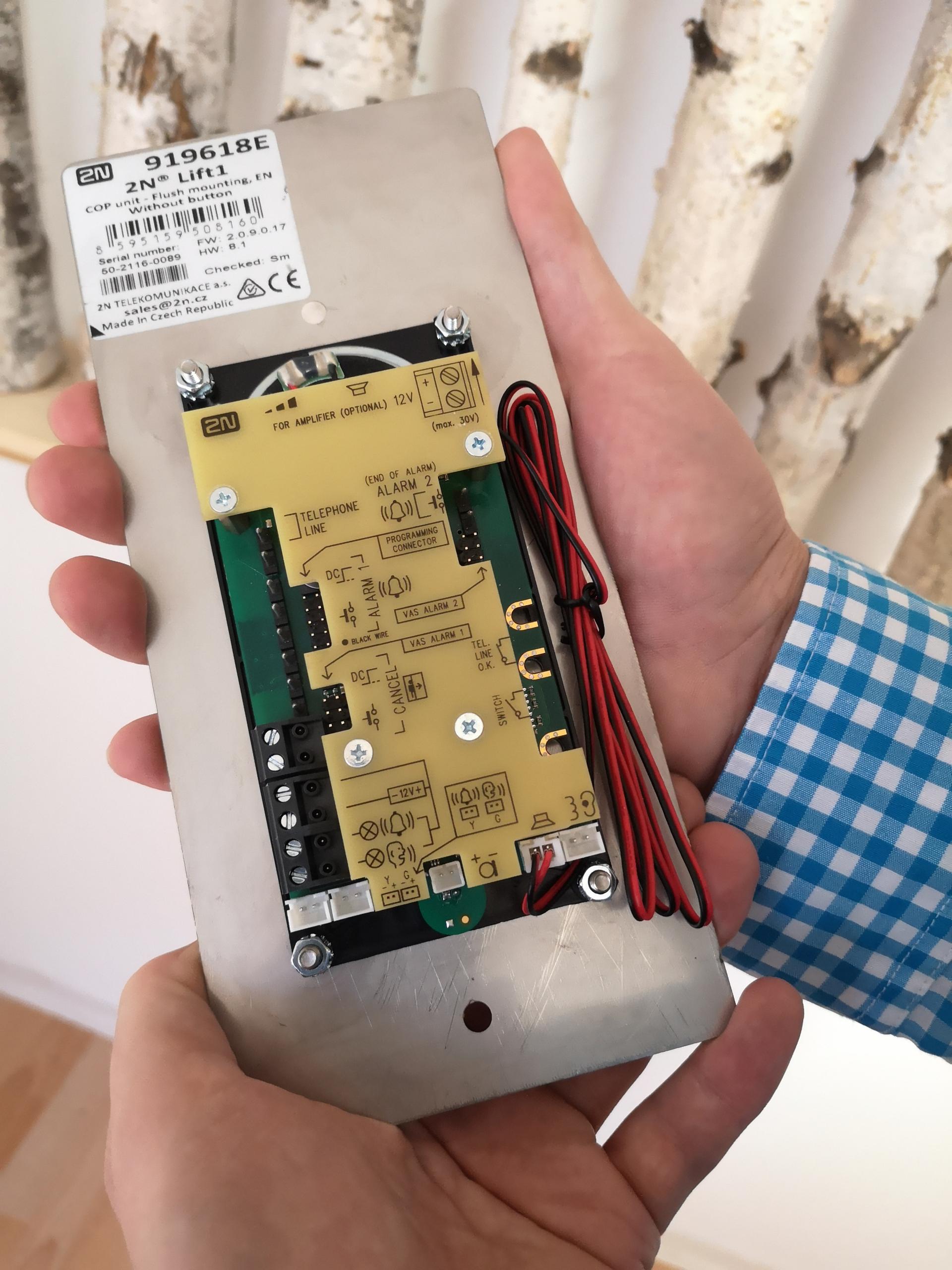 Die UNS GmbH bietet Aufzug-Notrufgeräte auch für Wiederverkäufer an.